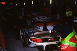 Arrêt au stand pour #30 Kremer Racing Porsche 911 GT1: Christophe Bouchut, Bertrand Gachot, Andy Evans