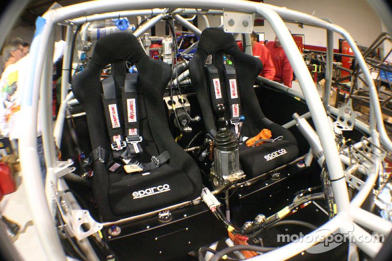 Team Gordon: les membres de l'équipe travaillent sur la Hummer H3 Race Truck