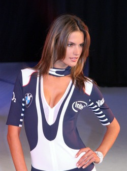 La danseuse Alessandra Ambrosio présente la collection