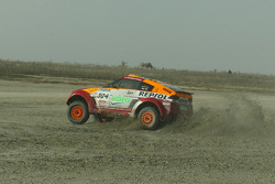 Marc Coma and Luc Alphand exchange machines at Lac Rose: Marc Coma tries the Repsol Mitsubishi Montero of Luc Alphand