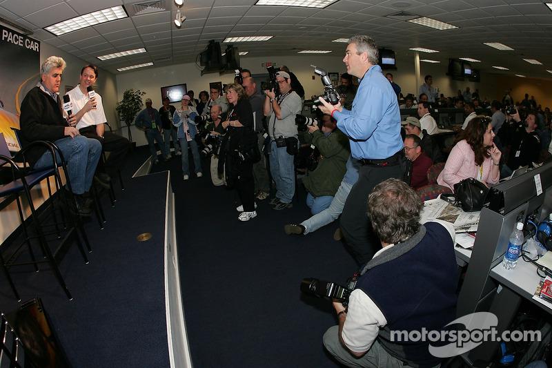 Conferencia de prensa: El anfitrión del Tonight Show y conductor del pace car, Jay Leno, con la prensa.
