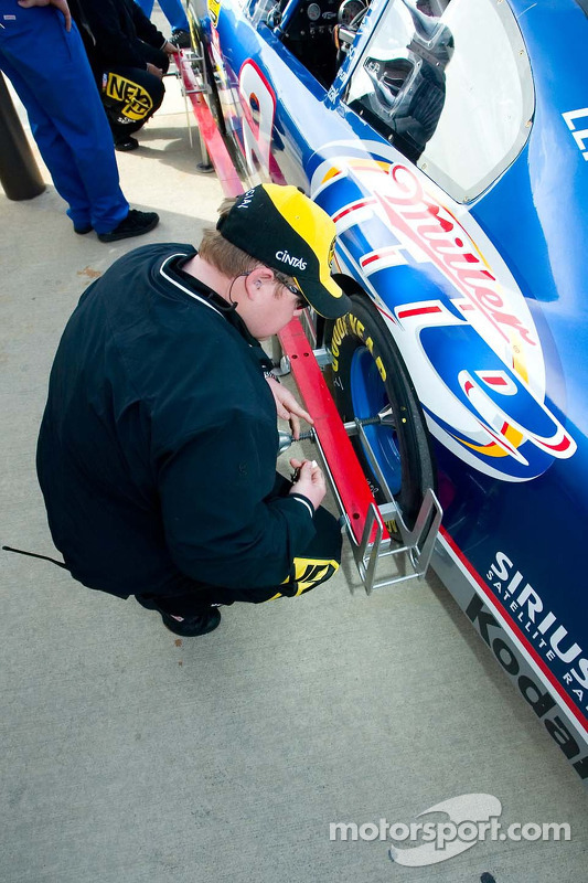Un employé du NASCAR vérifie la distance entre les essieux