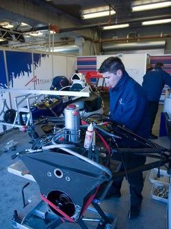 Un mécanicien de l'équipe France au travail sur un moteur A1GP et la transmission