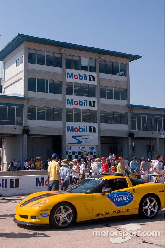 Une voiture Corvette devant la tour Sebring