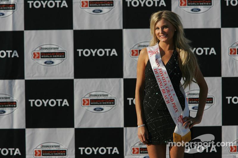 La charmante Miss Long Beach attend sur le podium