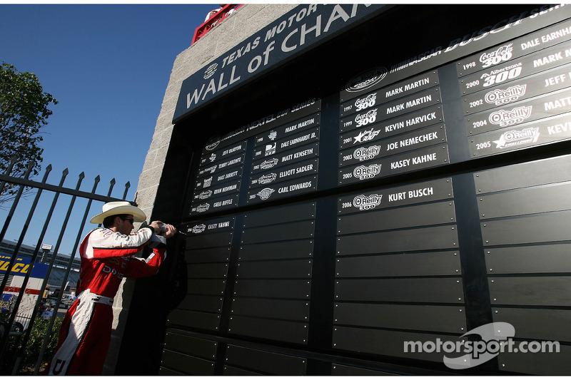 Kasey Kahne inscrit son nom dans le Mur des Champions après avoir gagné la course