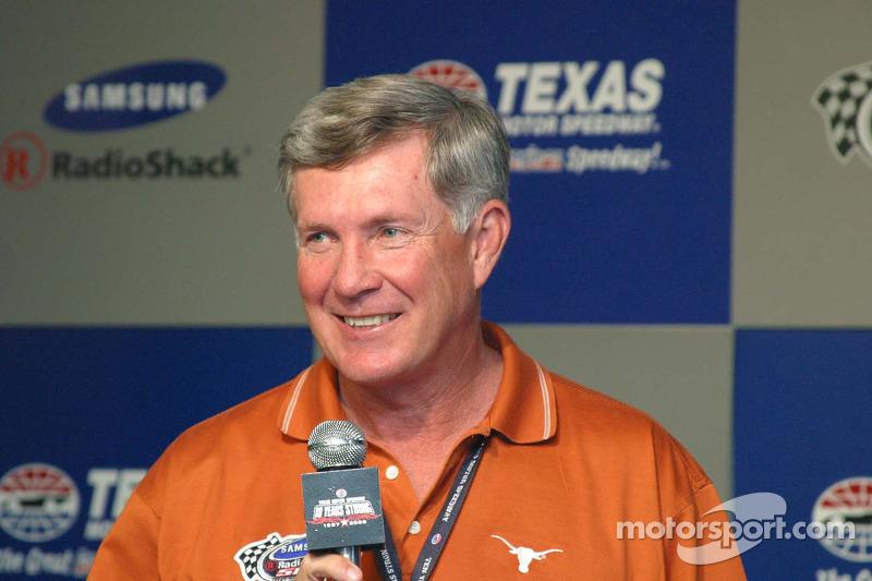 Mack Brown, coach de l'université du Texas, Grand Marsahll SamSung/Radio Shack 500