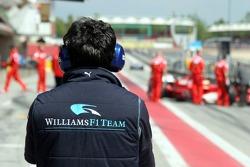 Williams mechanic waits for Nico Rosberg
