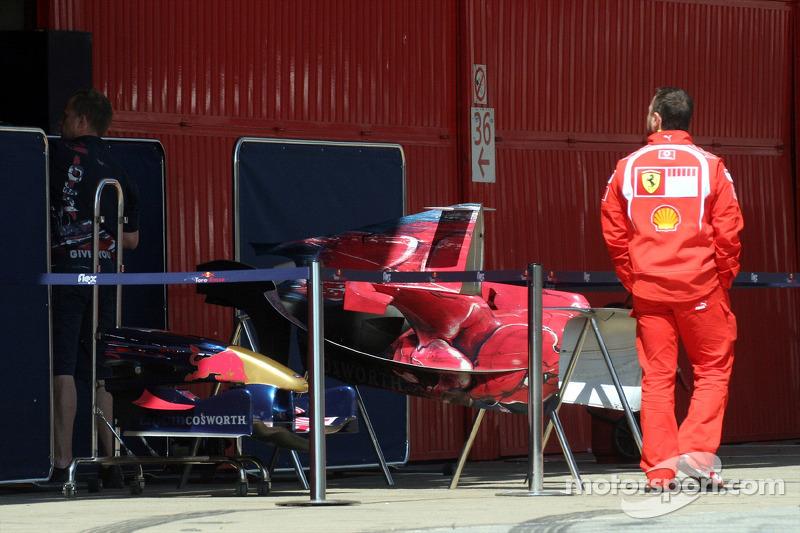Mécanicien Ferrari regardent la Toro Rosso