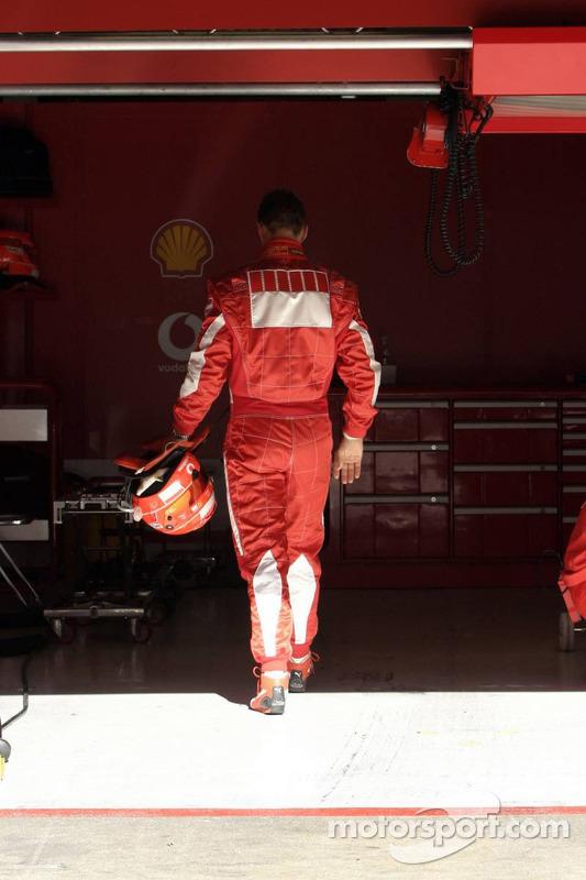 Michael Schumacher de retour dans la ligne des stands après avoir été arrêté sur la piste