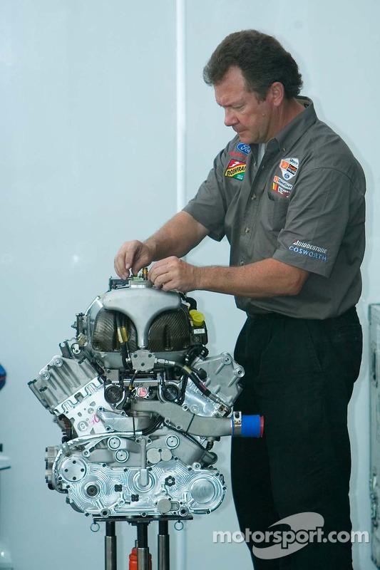 Mécanicien de CTE Racing - HVM travaille sur un moteur Cosworth V8