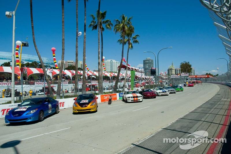 Les voitures prêtent pour le tour de chauffe avant la course