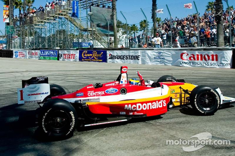 Le vainqueur de la course Sébastien Bourdais salue la foule
