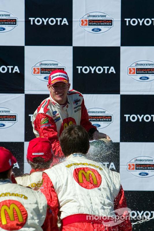 Le vainqueur Sébastien Bourdais asperge son équipe de champagne