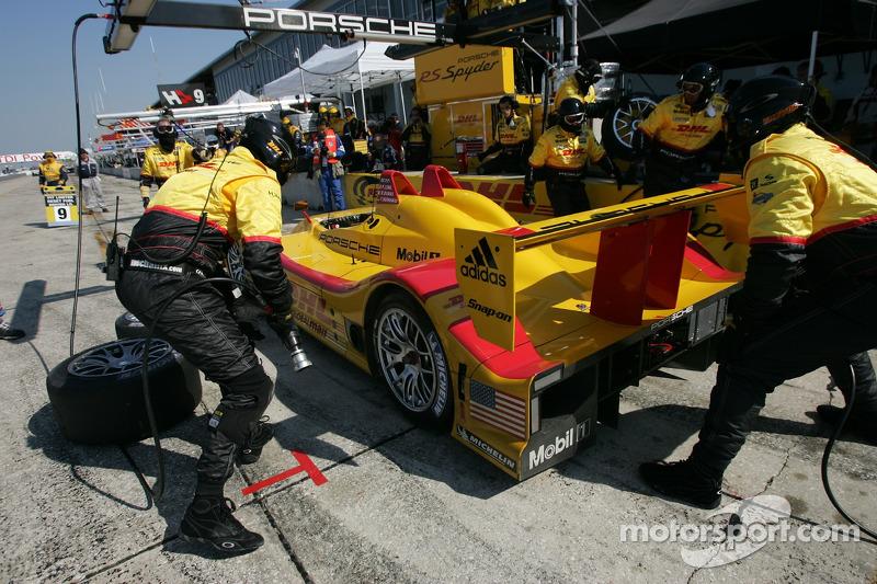 Arrêt au stand pour la #7 Penske Motorsports Porsche RS Spyder: Timo Bernhard, Romain Dumas, Patrick Long