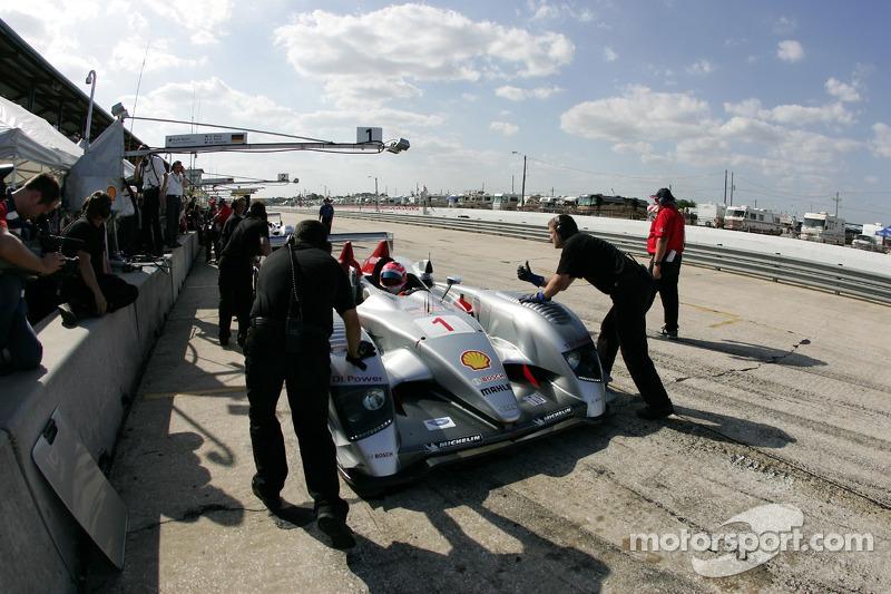 Marco Werner s'asseoit dans la Audi R10