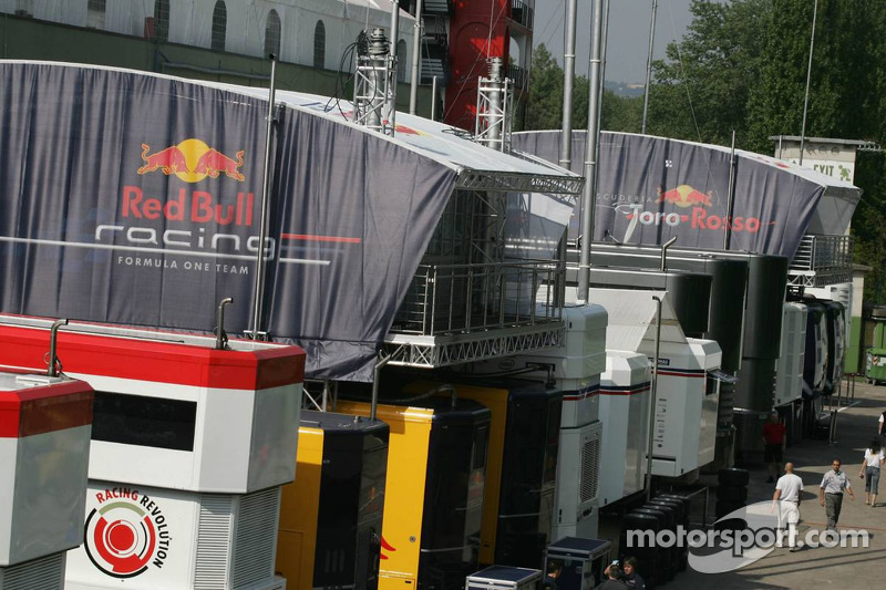 Les garages Red Bull Racing et Toro Rosso