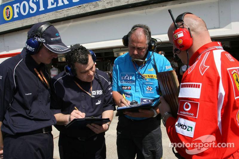 Les équipes Williams, Renault et Ferrari au travail