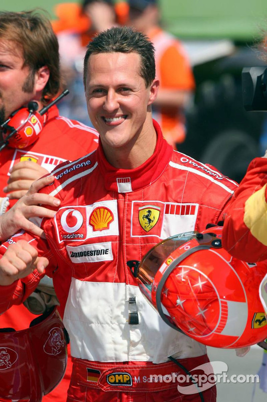 Ganador de la pole Michael Schumacher celebra