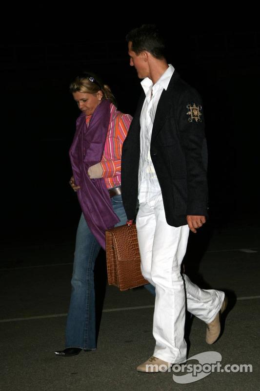 Michael Schumacher et sa femme Corina qui le circuit tardivement