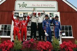 Podium DP: les vainqueurs Mike Rockenfeller et Patrick Long, avec les deuxièmes Wayne Taylor et Max Angelelli, et les troisièmes Scott Pruett et Luis Diaz