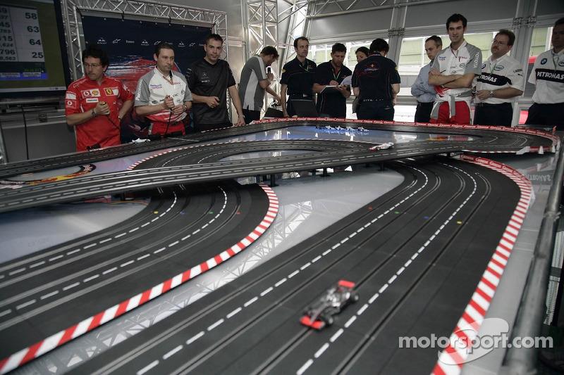 Jeudi refroidi: visiteurs et mécaniciens jouent avec une voiture télécommandée