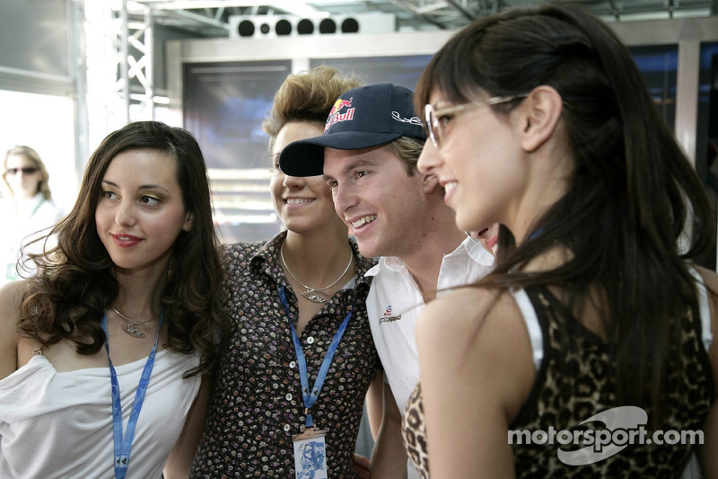 Scott Speed avec la Formule 1 dans la station de Red Bull Energy
