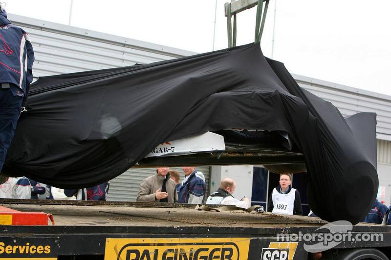 La voiture Red Bull Racing de Vitantonio Liuzzi, pilote d'essai, retourne aux stands après un accide