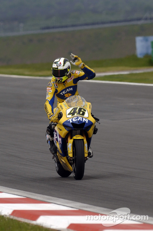 Valentino Rossi acclame les fans