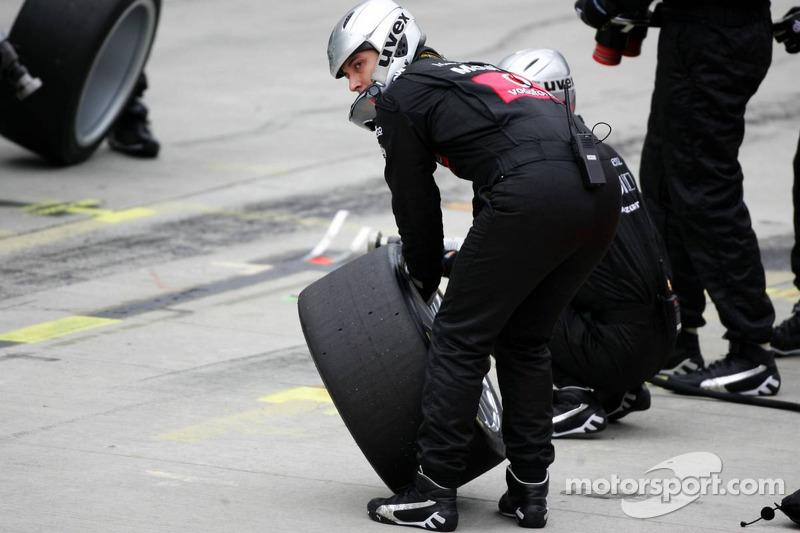 Des membres de l'équipe AMG-Mercedes prêt pour l'arrêt au stand