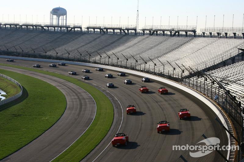 Des véhicules Chevrolet sur le fameux circuit ovale du Indianapolis Motor Speedway