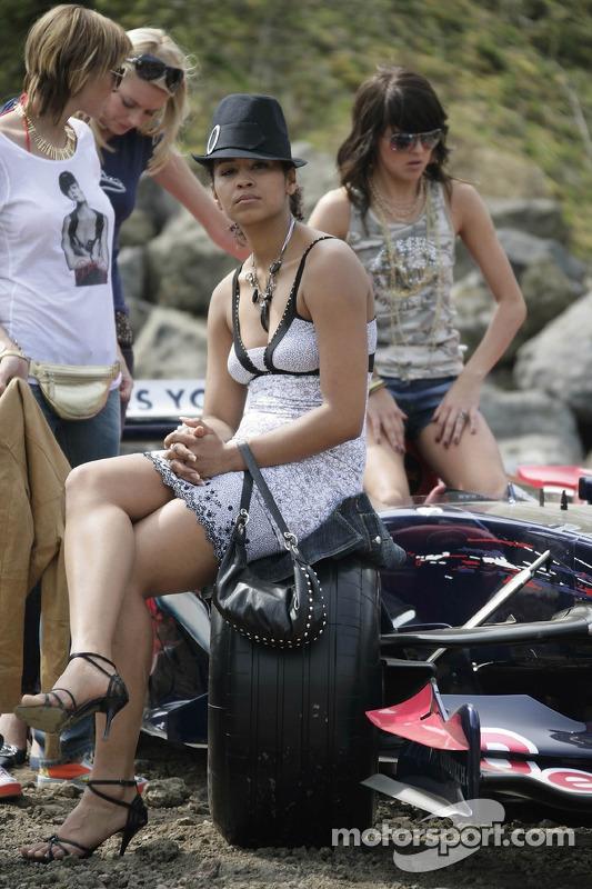 Red Bull: des jeunes femmes Formule 1 avec la voiture de la Scuderia Toro Rosso
