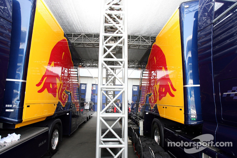 Des camions Red Bull Racing dans la maison Red Bull