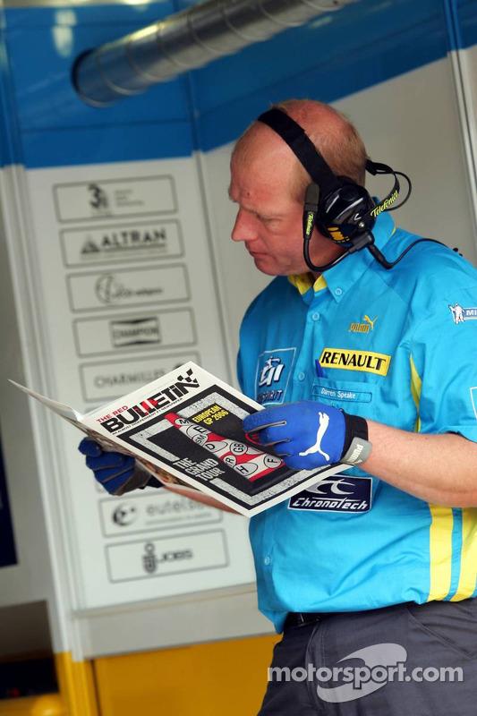 Les membres de l'équipe Renault lisent le Red Bulletin