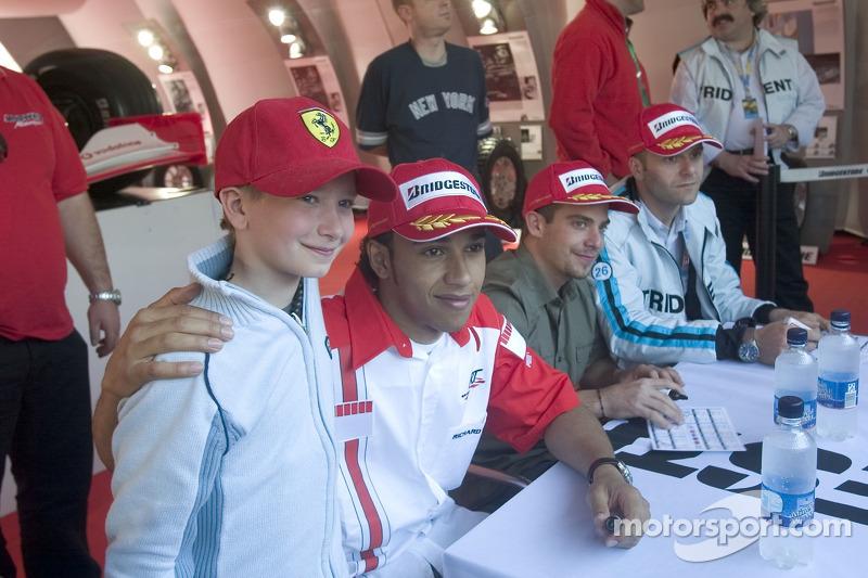 Lewis Hamilton, Ernesto Viso et Gianmaria Bruni posent pour une photo