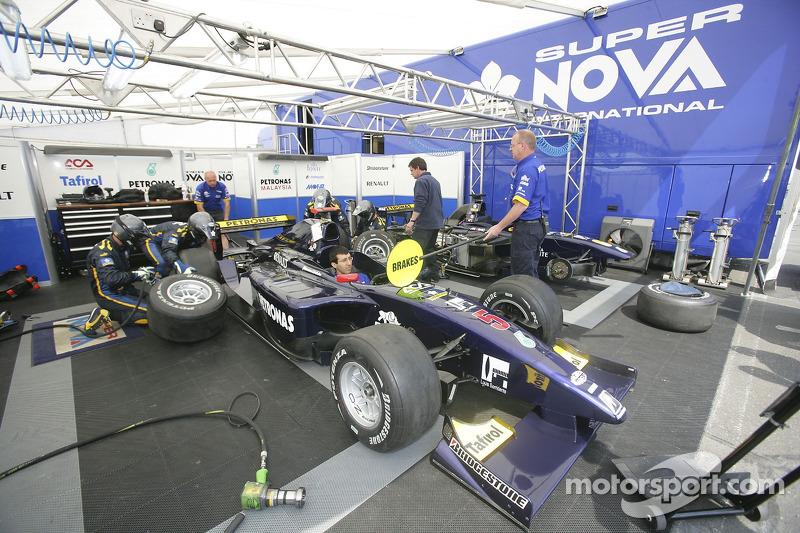 Super Nova International s'entraîne aux arrêts au stand