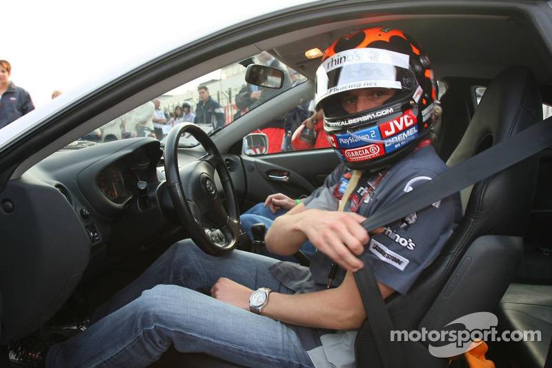 Christijan Albers prend un fan autour du circuit