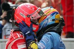 Yarış galibi Michael Schumacher kutlama yapıyor ve Fernando Alonso