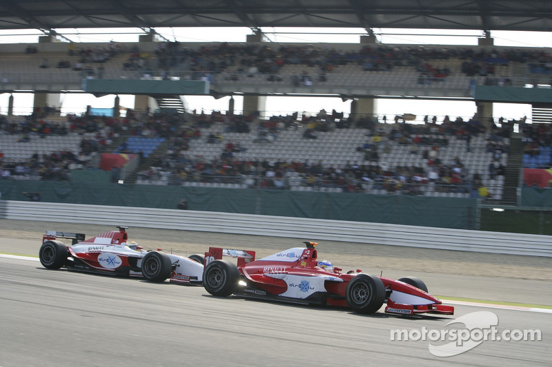 Hiroki Yoshimoto sous la pression de Lewis Hamilton