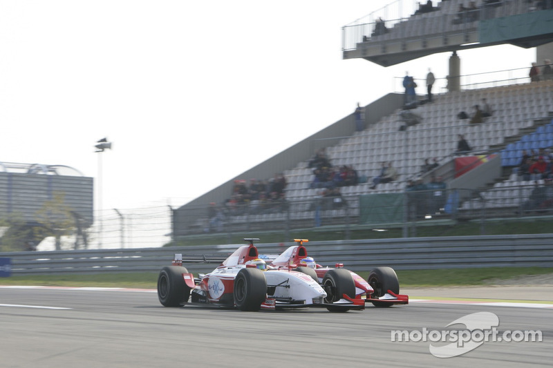 Lewis Hamilton dépasse Hiroki Yoshimoto