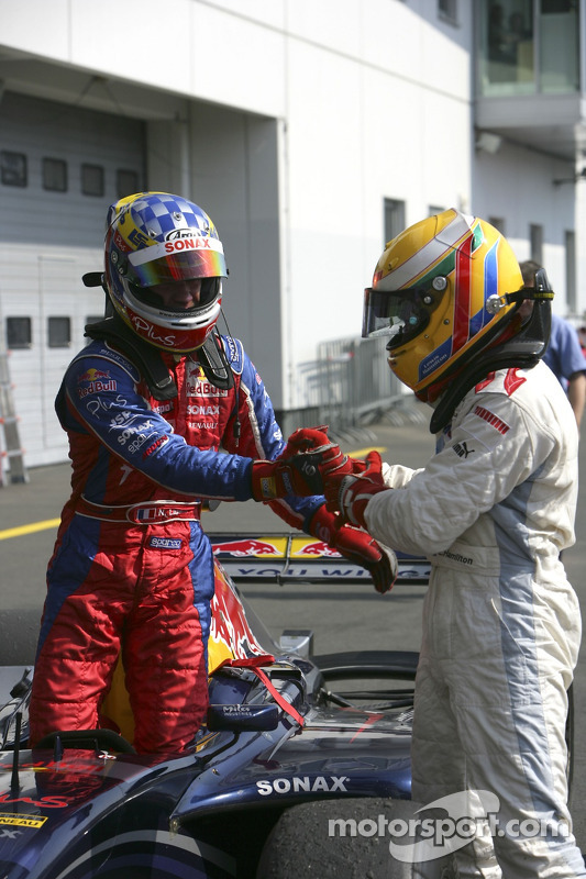 Lewis Hamilton premier et Nicolas Lapierre deuxième se congratulent mutuellement
