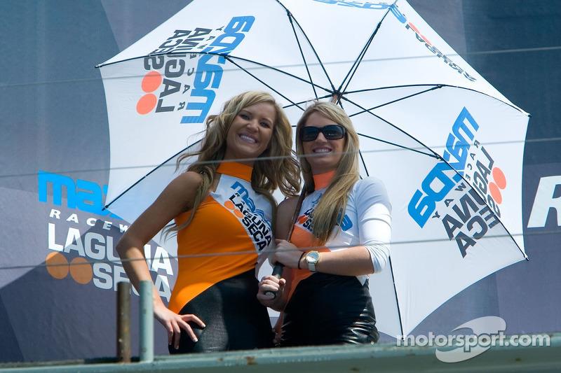 De jolies jeunes femmes Laguna Seca avec un parapluie