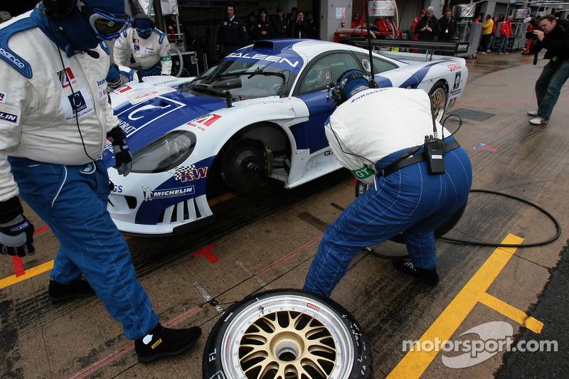 #9 Zakspeed Racing Saleen S7 R: Sascha Bert, Jaroslav Janis dans les stands