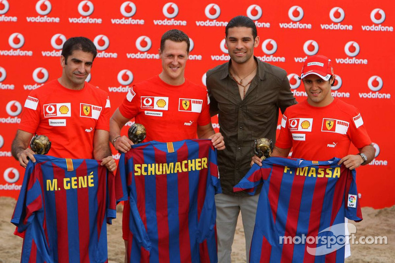 Vodafone Ferrari Beach Soccer Challenge: Marc Gene, Michael Schumacher et Felipe Massa avec des maillots de Rafa Marques du FC Barcelone