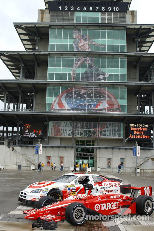 L'équipe Ganassi Racing NASCAR Nextel Cup et les voitures IRL posent devant le Pagoda