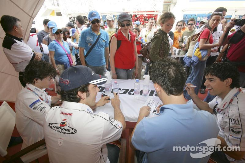 Javier Villa, Felix Porteiro, Sergio Hernandez et Adrian Valles signent des autographes