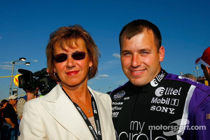 Ryan Newman pose pour une photo avec sa mère, Diane Newman