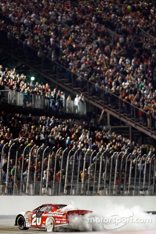 Le vainqueur de la course Denny Hamlin