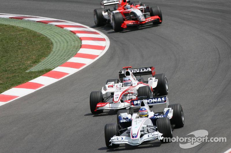 Jacques Villeneuve devant Takuma Sato