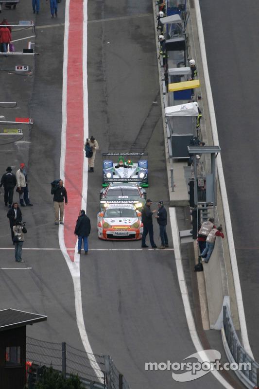 Les voitures s'alignent sur le départ des stands, avec peut-être le vainqueur à l'arrière!